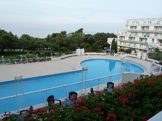 Hotel Delfin: Blick vom Hotel auf die Poolanlage