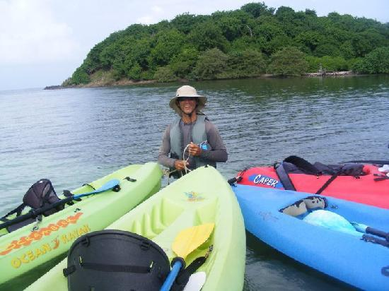 ‪‪Barefoot Travelers Rooms‬: Bob holding our kayaks as we snorkeled‬