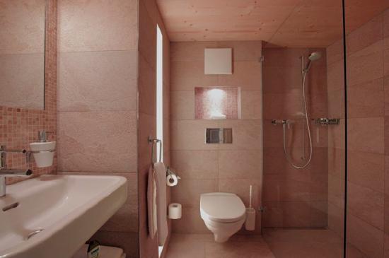 Baeren - Das Gaestehaus: Stobete Suite Bathroom.