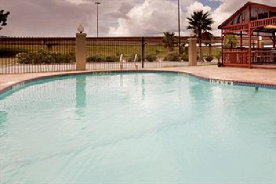 Candlewood Suites Extended Stay: Gazebo & Swimming Pool