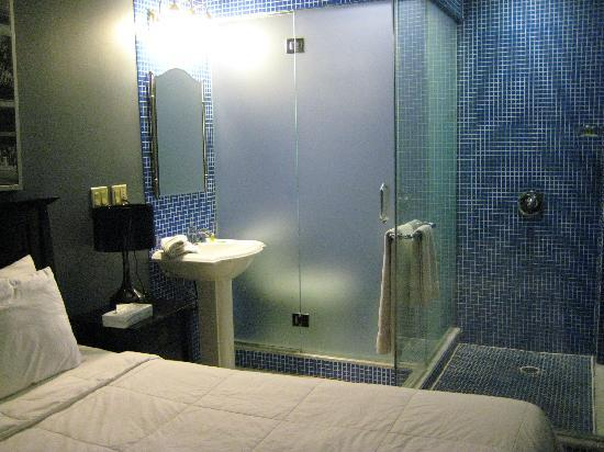 Broadway Hotel and Hostel: Hotel room with Private bathroom
