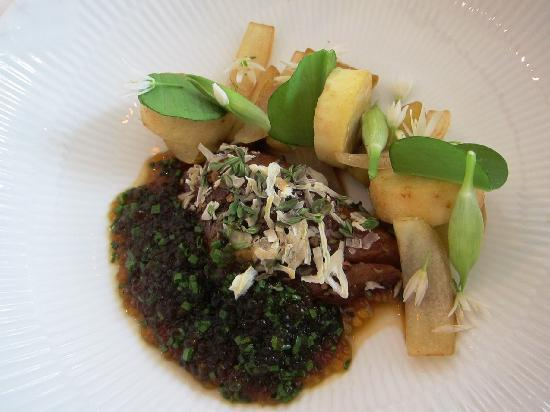 Henne, Dinamarca: Set menu course 4, lamb with baby potato, wild garlic, etc