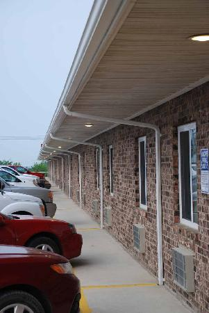 Family Budget Inn : Rough exterior...gret interior!