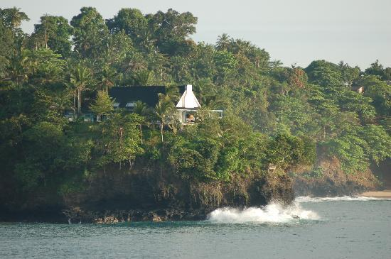 Ilha de São Tomé, Santo Tomé y Príncipe: Just in front, a fantastic house, surrounded by the sea from three sides. That will be, probably