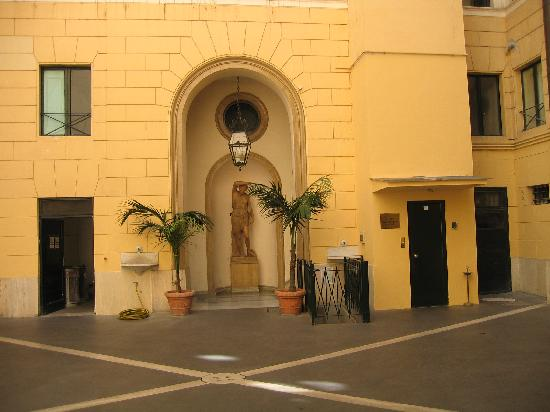 Hotel Fontanella Borghese: Enter thru a courtyard with lift on rightside