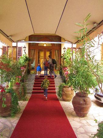 La Residenza: Pretty Hotel Entrance