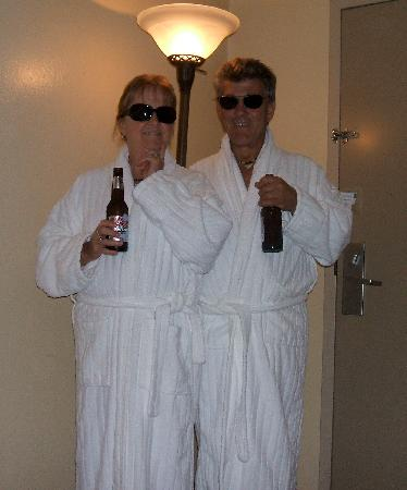 Marin Suites Hotel: relaxing in our fluffy robes