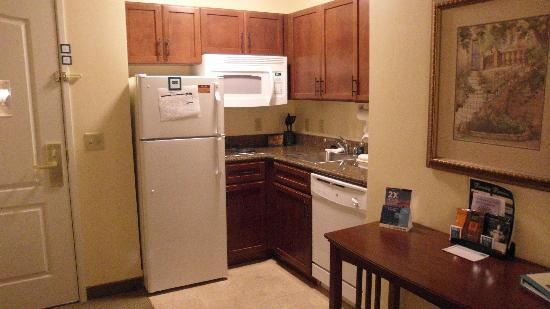 Staybridge Suites Toledo / Maumee: Nice little kitchen with everything you need.