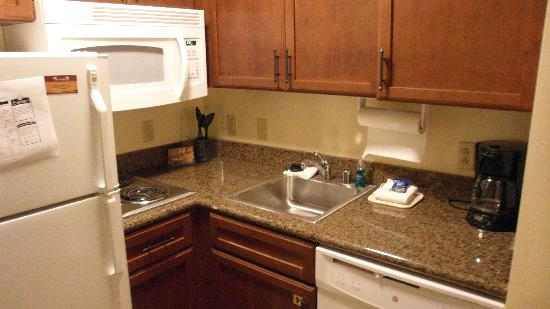 Staybridge Suites Toledo / Maumee: Nice, clean kitchen.