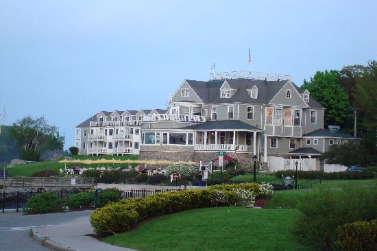 Bar Harbor Inn: View of the back of the hotel and grounds