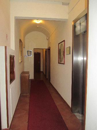 Hotel Eden: Third floor coridor