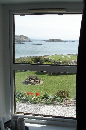Isle of Coll Hotel: View from the window of the front bedroom with the big bath!