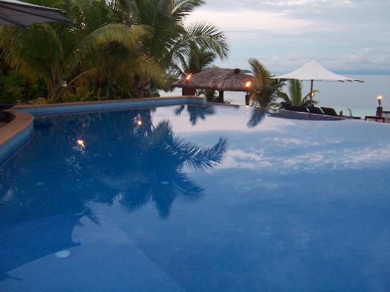 Matamanoa Island Resort : Pool view at night