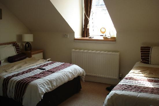 Raniven Guest House: Top floor room with double and twin beds