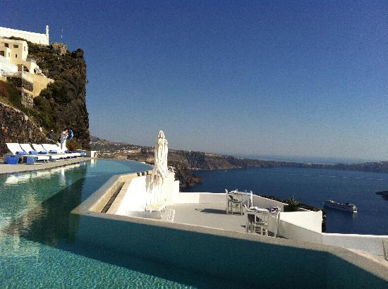 Grace Santorini Hotel: Pool and terrace