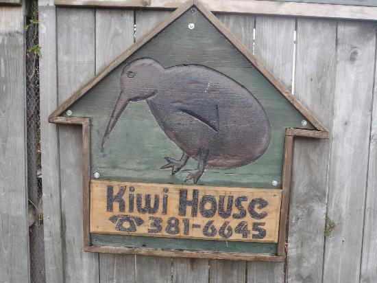 Kiwi House: The sign outside the front of the hostel