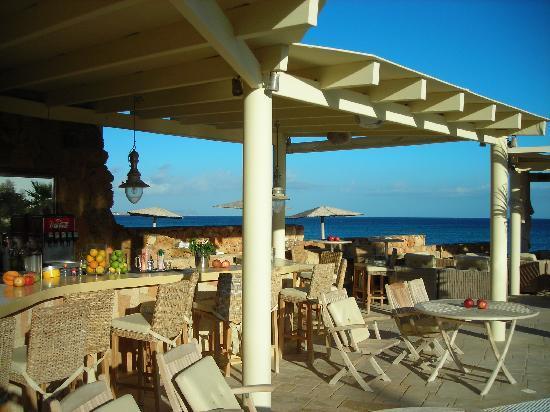 Parthenis Beach: Bar over looks the sea