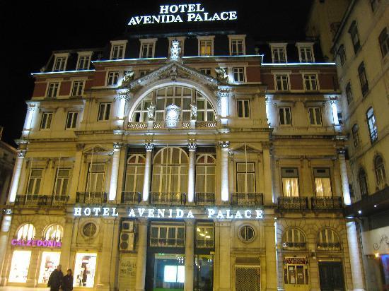 Hotel Avenida Palace: 夜、ホテル正面から撮った写真です。