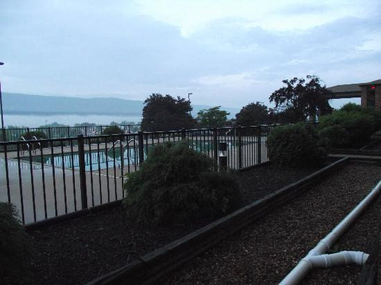 Days Inn Battlefield: The pool area with view of the fog in the valley beyond