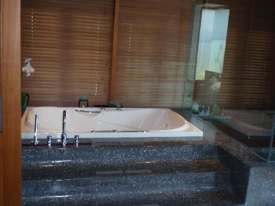 ذي سمايا بالي: Bath tub