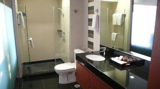 Pietra Bangkok Hotel: bathroom in the suite