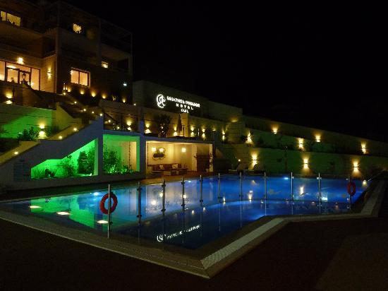 Skiathos Premier Hotel: lit up in the evening