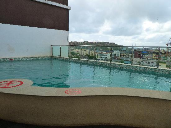 Vasco da Gama, Indien: The pool overlooking the harbour