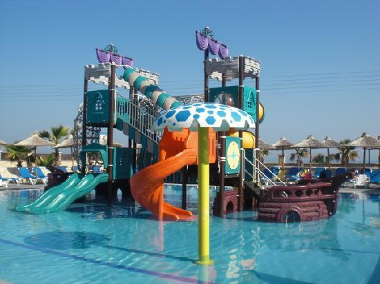 Stella Palace Resort & Spa: Pirate ship pool at times became very busy