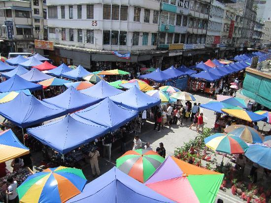 Winho Lodge: The market outside our hostel!