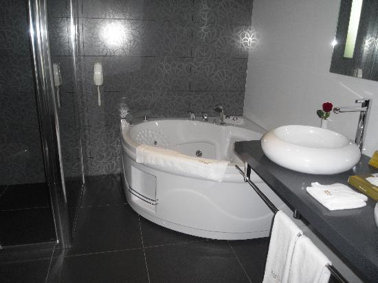 Eresin Hotels Topkapi : lo mejor del baño la bañera de hidromasaje pero sobre todo la ducha amplia y con chorro desde ar