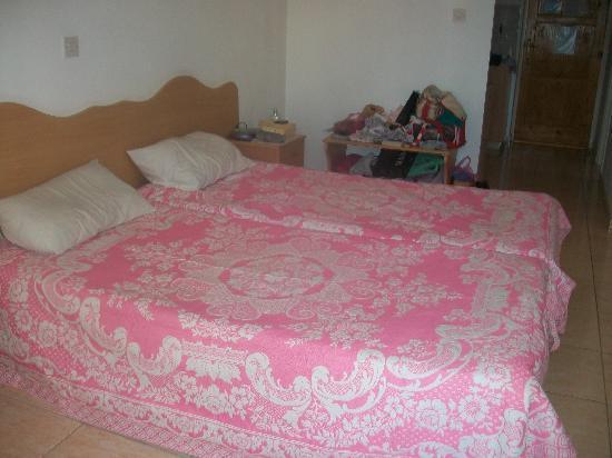 Hadjiantoni Anna Hotel Apartments: Beds