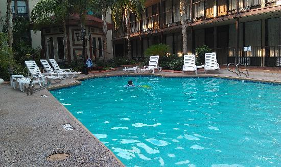 BEST WESTERN PLUS Westbank: Pool area