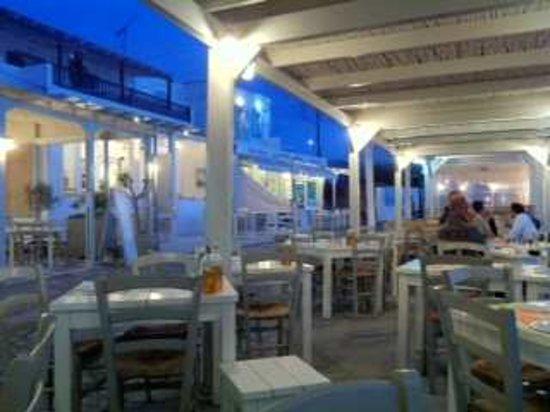 Pollonia, Grecia: The outside tables, around 11pm