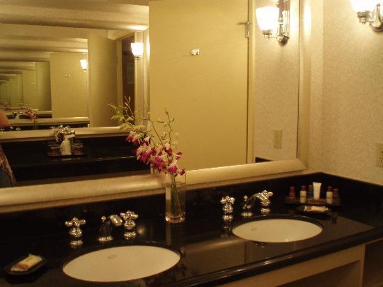 Sheraton Sand Key Resort : fresh flowers in the huge bathroom