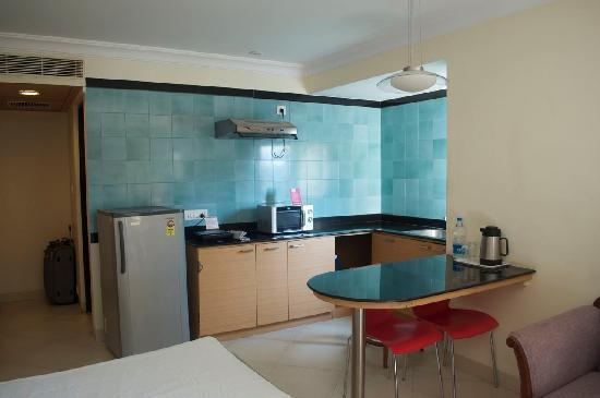 The Lotus Serviced Apartments : kitchenette with fridge, microwave, induction stove
