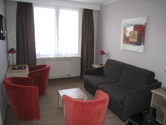 Ambassador Hotel : Salon annexé à la chambre