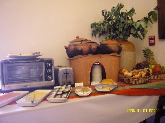 Tierra Viva Cusco Saphi: 玉蜀黍蛋糕.( 在盛炒蛋和香腸碗,後方的鍋內)