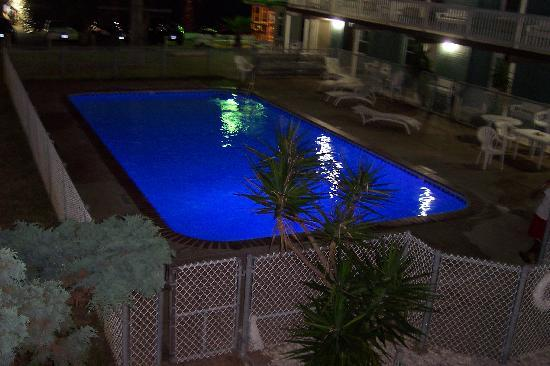Surfside Inn Suites: The Pool at Night