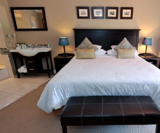 Arum Place Guest House: Shades of Blue bedroom