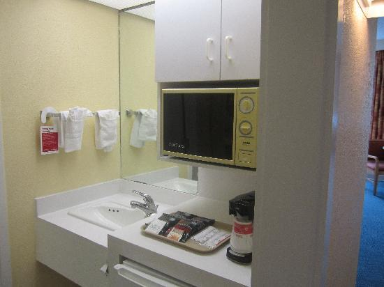 Ramada by Wyndham Kissimmee Gateway: Kitchenette In Hotel rooms
