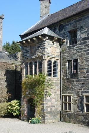Gwydir Castle: Another view of the courtyard