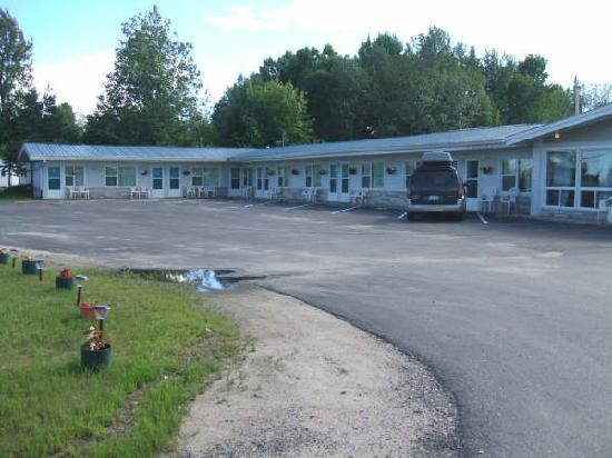 Bay Motel: Driveway