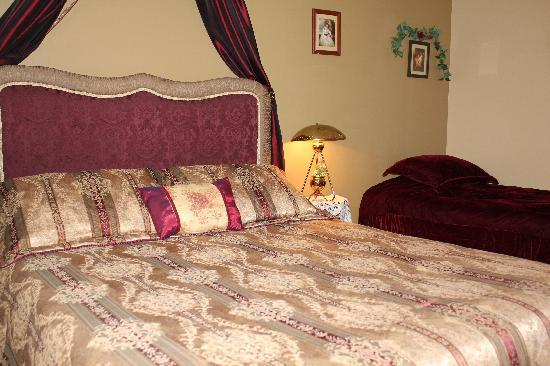 Alpenrose Bed and Breakfast: Begbie Room Q/S w/ensuite