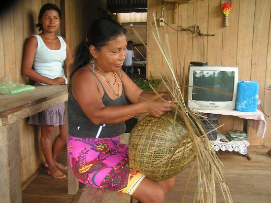 Bahia Solano, Colombie : Local Emberas making handicraft