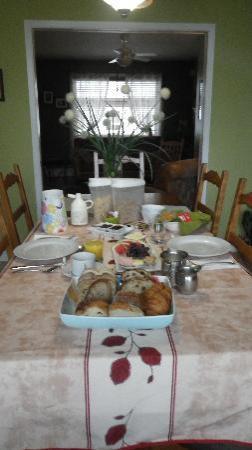Le Gite Du Fleuve: Breakfast spread at B & B