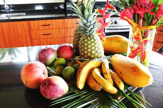 Tulemar Bungalows & Villas: Fresh fruit in our room upon arrival