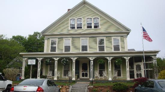 Captain Freeman Inn: The exterior