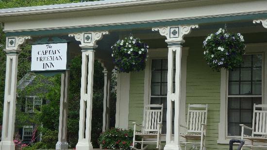 Captain Freeman Inn: The porch