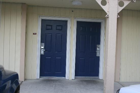 Three Rivers Inn: Front door to room