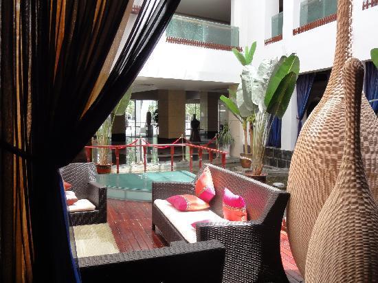 Jardin Secret Hotel: 採光を取り入れていて明るいロビーラウンジ